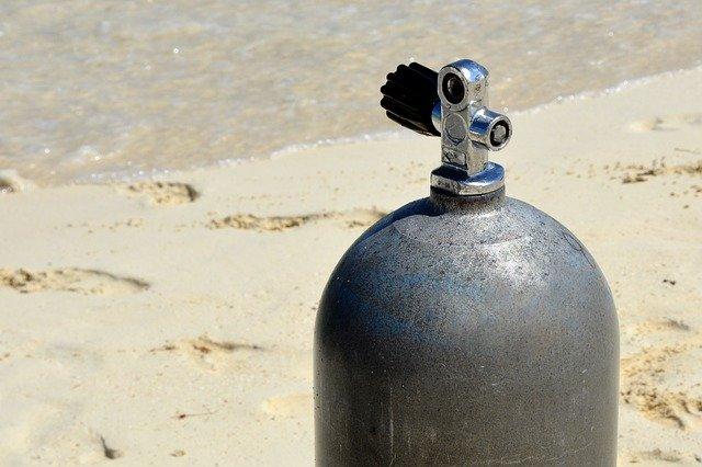 Botella de buceo en la arena