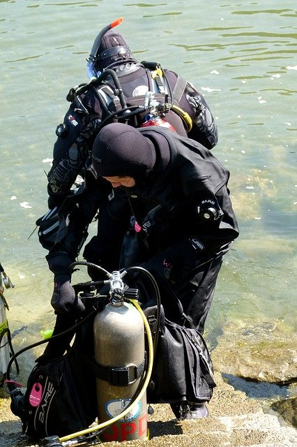Buzo con equipo de scuba