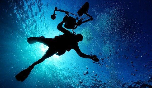 Bucear con cámara de fotos submarina