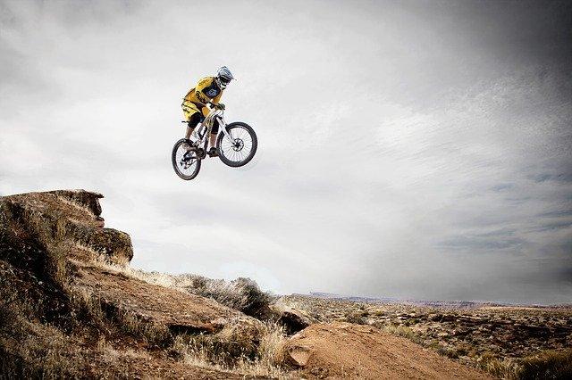 Salto de riesgo en bicicleta MTB